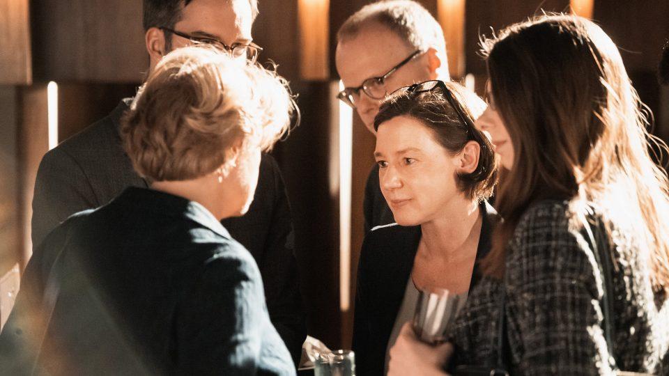 Anne Leppin im Gespräch mit Monika Grütters / © Florian Liedel · Deutsche Filmakademie