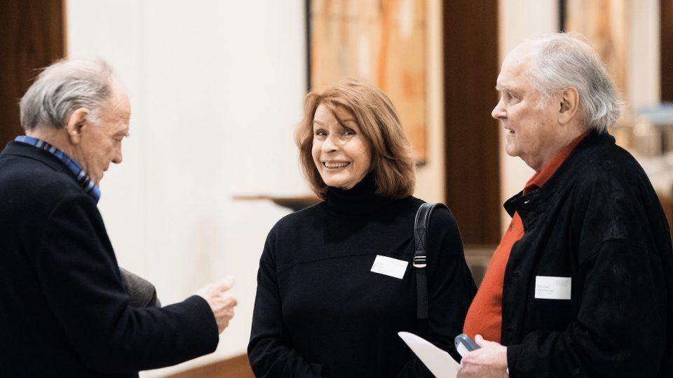 Senta Berger neben Michael Verhoeven. Links von den beiden steht Bruno Ganz. Senta schaut ganz freudig in die Kamera.