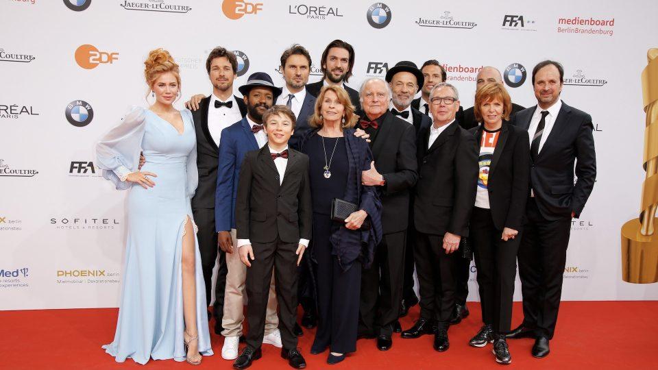 Gruppenbild vom Cast von dem Film WILLKOMMEN BEI DEN HARTMANNS. Mittig befinden sich Senta Berger, Michael Verhoeven und ihr Sohn Simon Verhoeven.